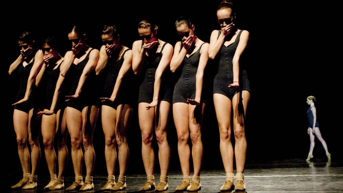 Jirí Kyliánin teoksesta Falling Angels, jonka Lappeenrannassa esittää kahdeksan naistanssijan ryhmä Bratislavan baletista Slovakiasta.