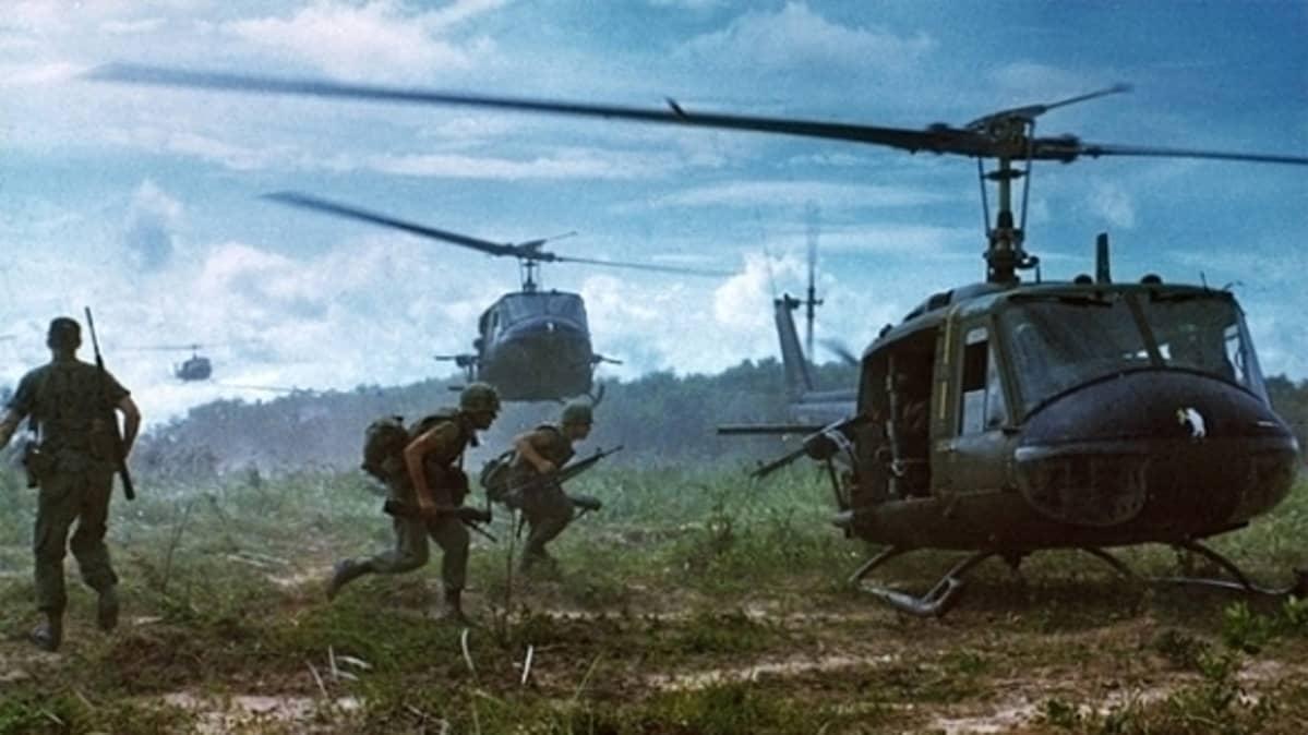 Yhdysvaltalaiset UH-1D-helikopterit laskeutumassa poimimaan maavoimien sotilaita.