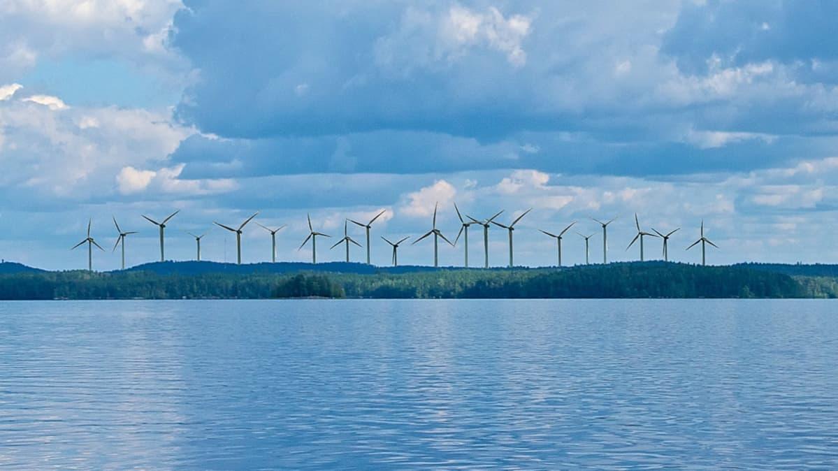 Havainnekuva Rapalanniemen tuulipuistosta Päijänteen Tehinselältä nähtynä.