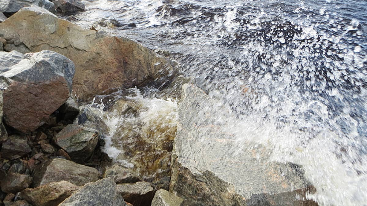 Aalto lyö rantaan.