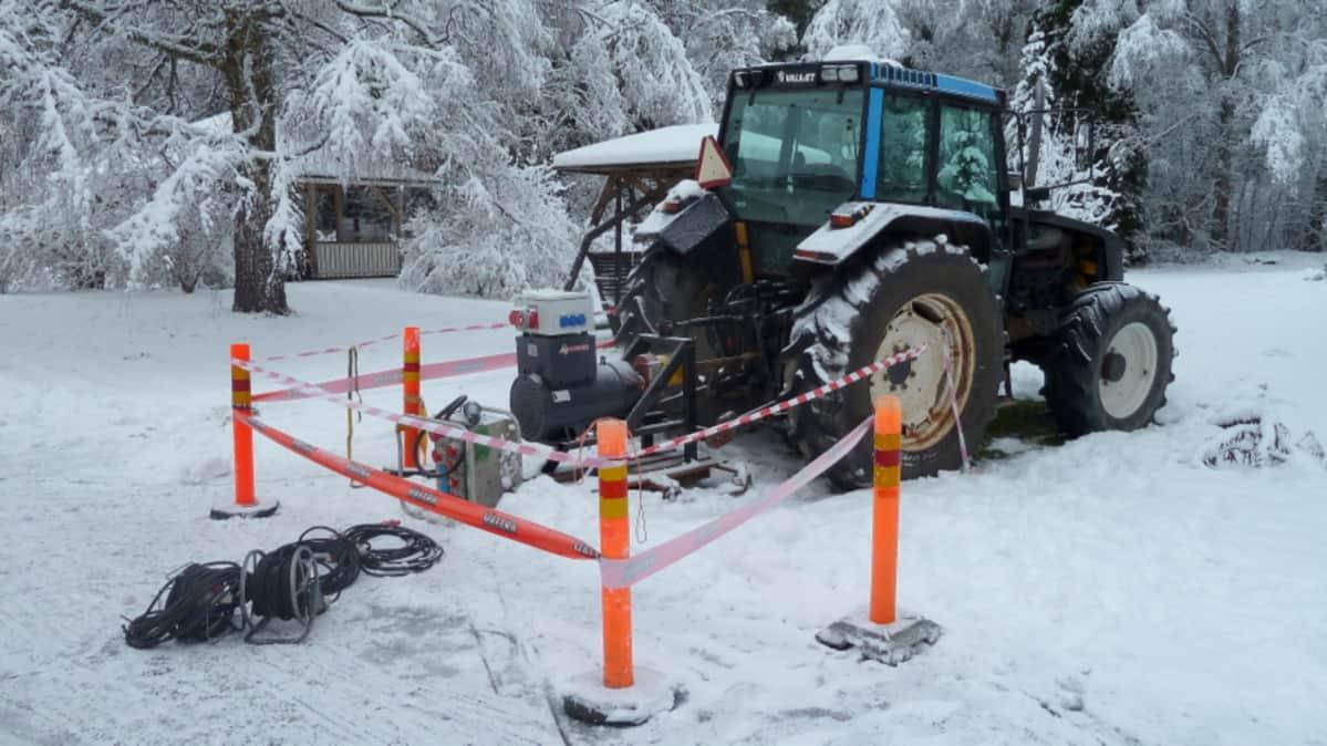 Aggregaatti traktorin perässä