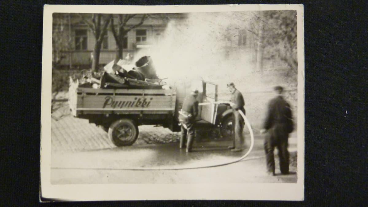 Vanha valokuva, jossa Pyynikin oluttehtaan auto on syttynyt tulee ja sitä sammutetaan