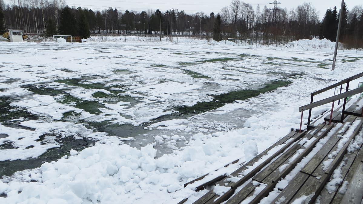 Kemin luminen jalkapallokenttä.