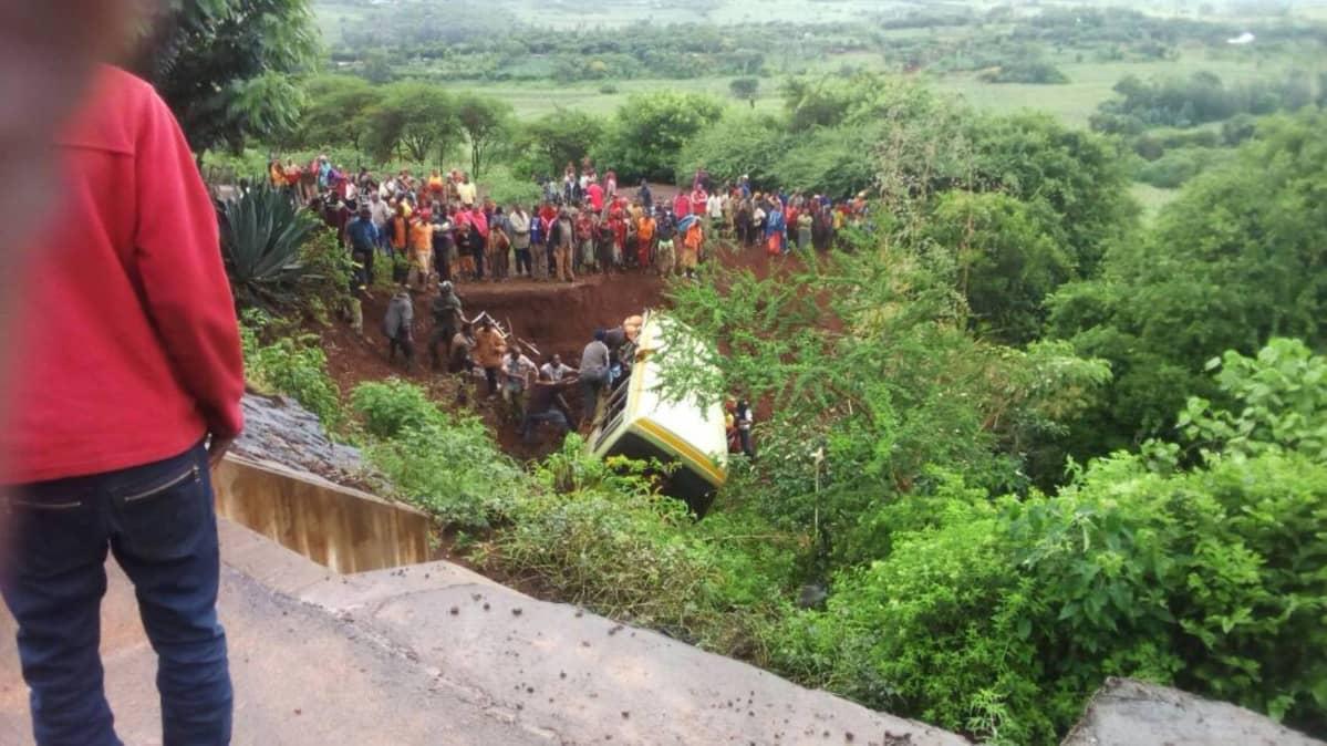 Tieltä pudonnut koulubussi Tansaniassa.