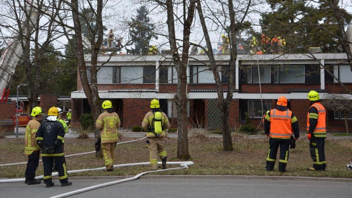 Rivitalon katto paloi Turun Uittamolla.