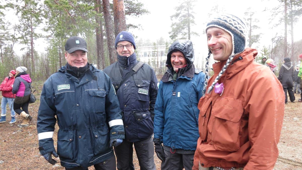 Metsähallituksen erätarkastajat Mika Seurujärvi ja Jari Liimatainen vaihtoivat mietteitä mielenilmaukseen osallistuneiden Ari Savikon ja Heikki Nikulan kanssa.
