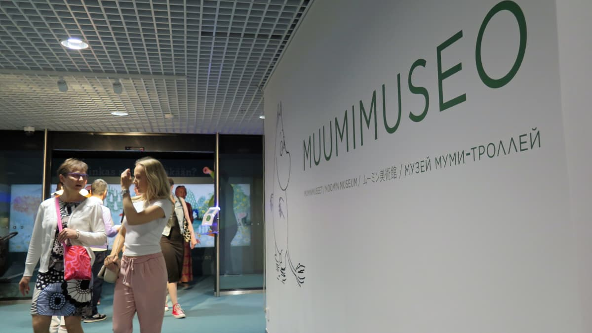 Muumimuseoon kuljetaan Tampere-talon pääaulasta.