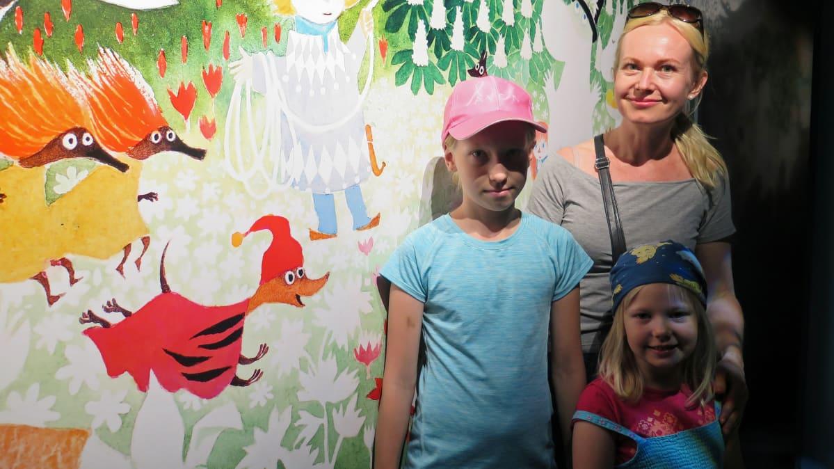 Aava, Janette ja Viivi Salminen halusivat nähdä Muumimuseon ensimmäisten joukossa.