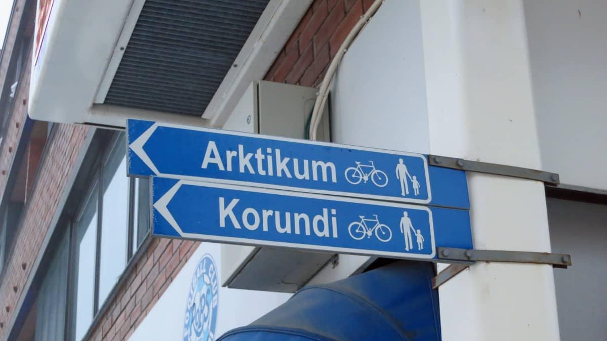 Kyltit Arktikumiin ja Korundiin Porokulmassa Rovaniemellä.