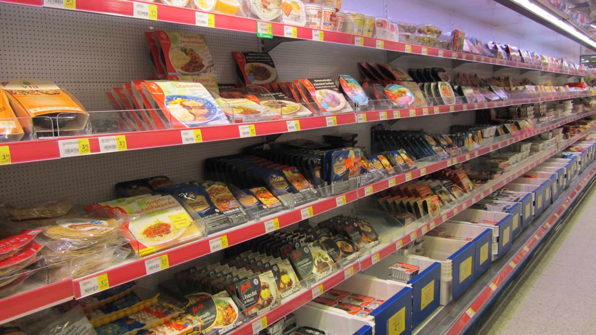 Ruokatarvikkeita kaupan hyllyllä.