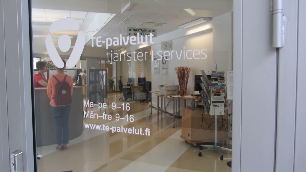 En bild tagen av glasdörren till en TE-byrå.