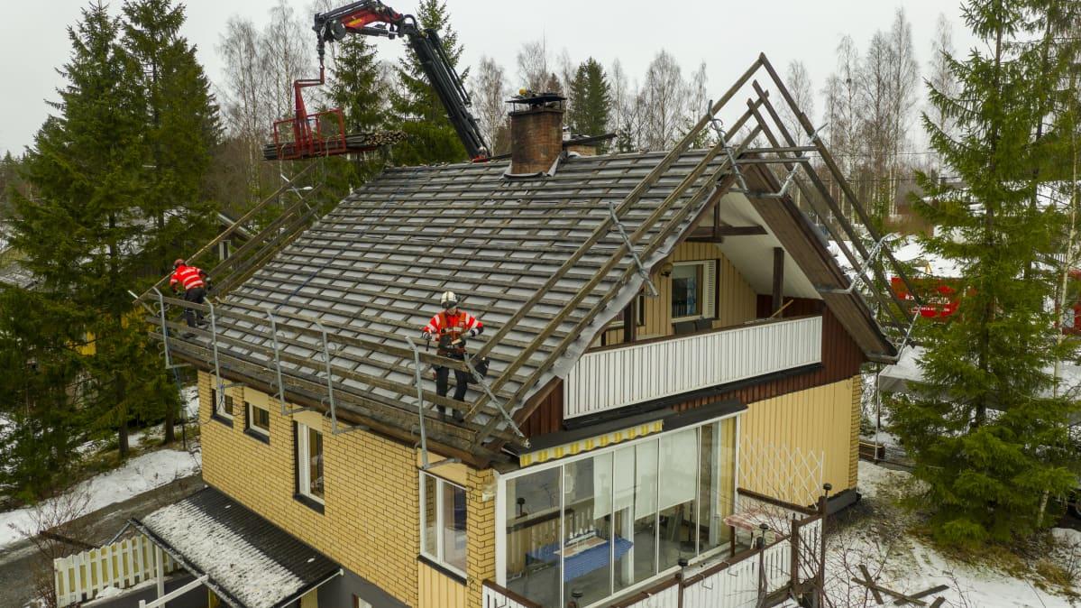 Omakotitalossa tehdään kattoremonttia.