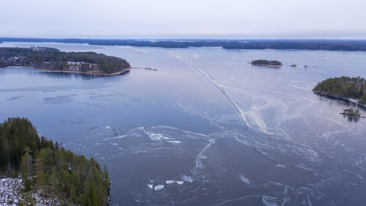 Ilmakuvassa jäinen Saimaa Savonlinnan pohjoispuolella.