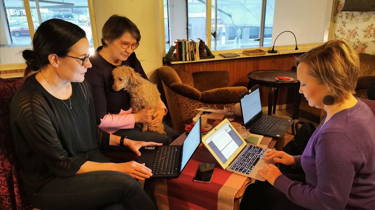 Piia Roos, Eeva Hujala ja Anne Koski pitävät kirjansa editointipalaveria Kahvila Runossa Tampereella