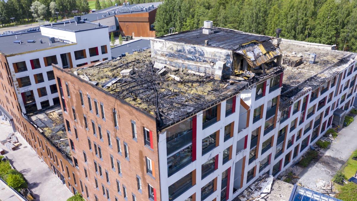 Palaneen talon tuhoutuneita kattorakenteita.
