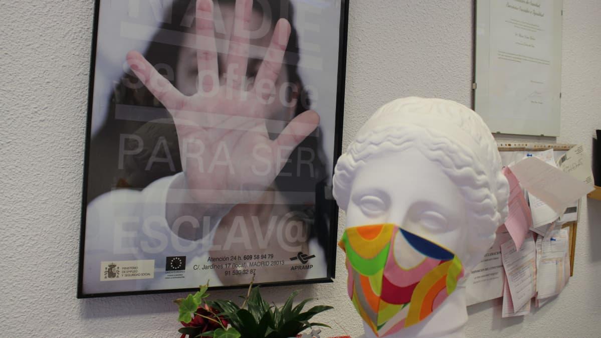 Apramp-järjestön tavoitteena on löytää ihmiskaupan uhreille töitä.  Maskeja tehdään nyt myös myyntiin.