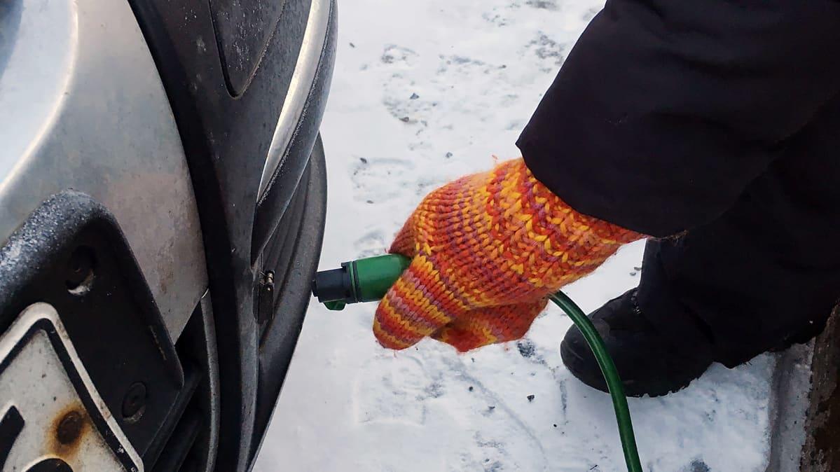 Auton lämmityspistokkeen kiinnitys autoon.
