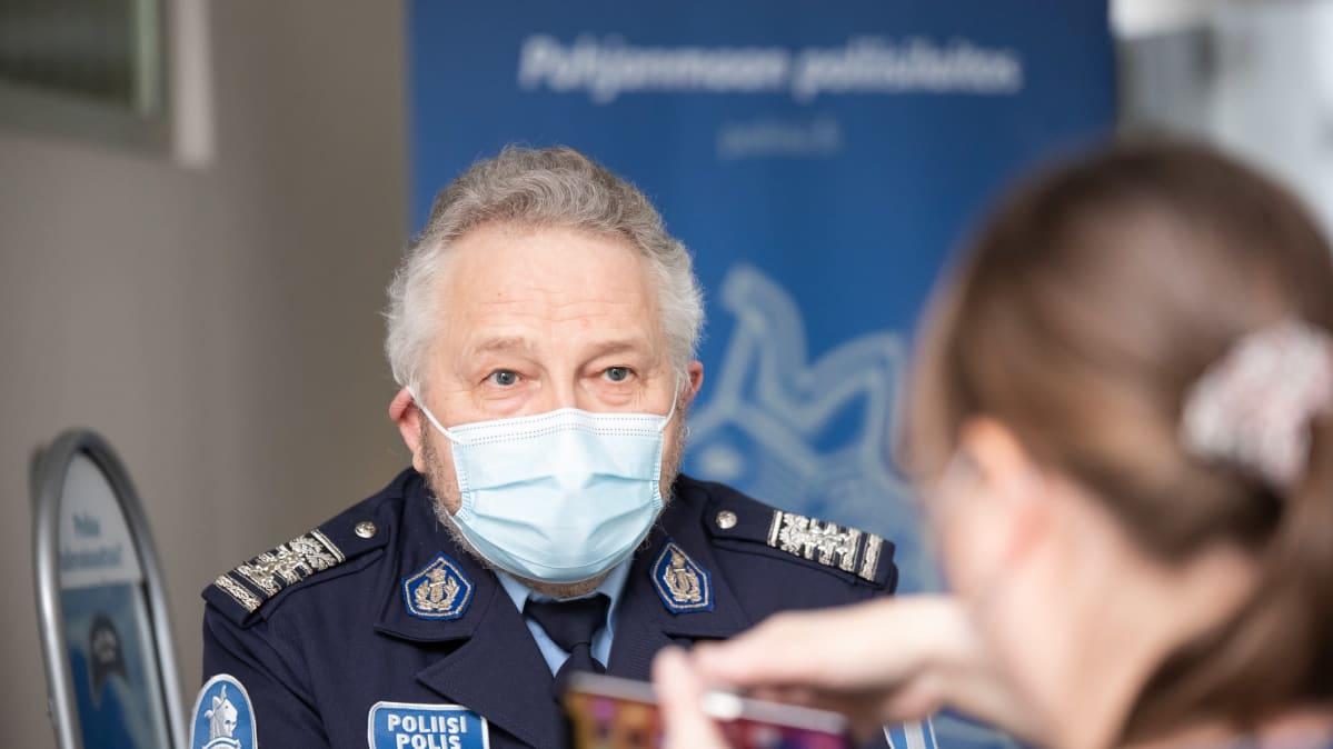Kuvassa apulaispoliisipäällikkö Ilkka Hylkilä seisoo Kokkolan poliisiaseman aulassa