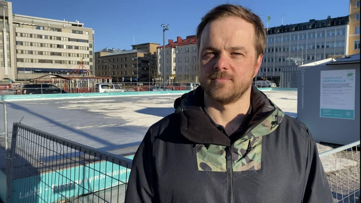 Päjät-Hämeen hyvinvointiyhtymän avosairaanhoidon ylilääkäri Kimmo Kuosmanen Lahden torilla kuvattuna.