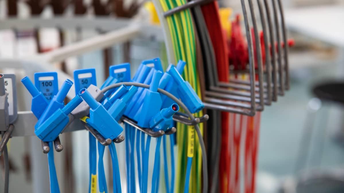 Asennukseen tarvittimia sähköjohtoja