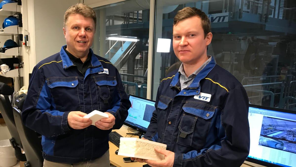 Vasemmalla johtava tutkija Harri Kiiskinen ja tutkimustiimin päällikkö Roope Siilasto Teknologian tutkimuskeskuksesta VTT:ltä.