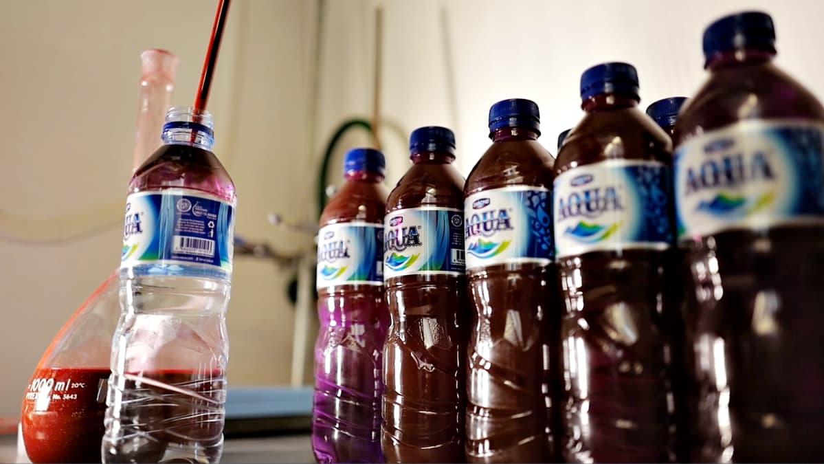 Vesipulloihin ruiskutettiin niilinpunaista väriä muovin havaitsemiseksi.