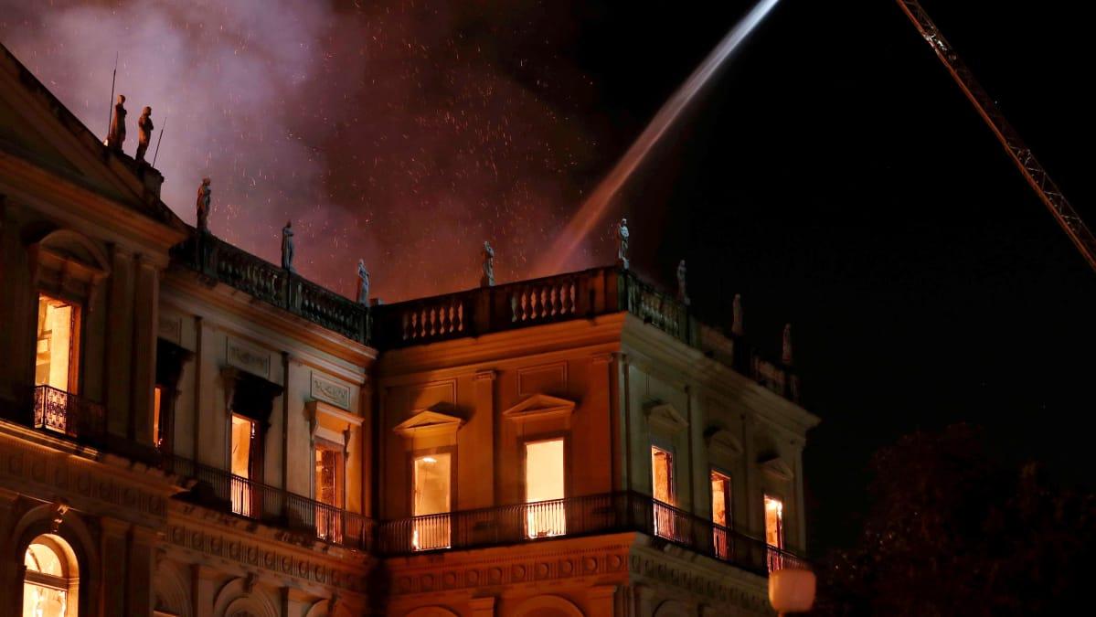 Palomiehet yrittivät hillitä tulen leviämistä Rio de Janeiron kansallismuseossa 2. syyskuuta.