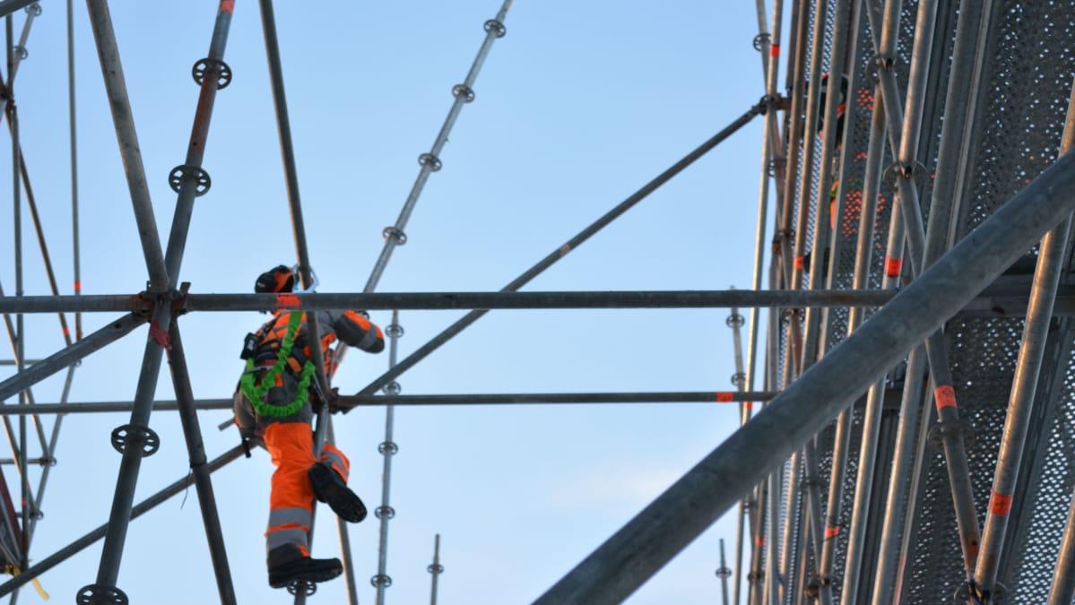 Sääsuojaa rakennetaan Tuupalan puukoulun rakennustyömaalla