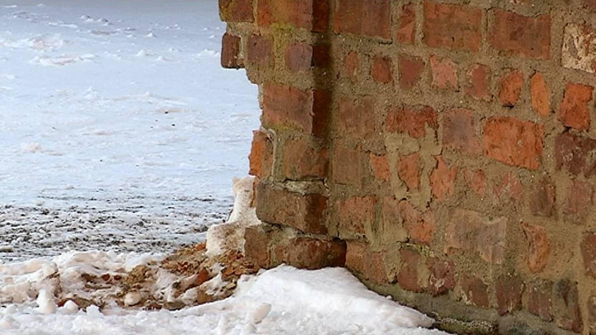 Vaurioitunut Hämeen linnan kulma