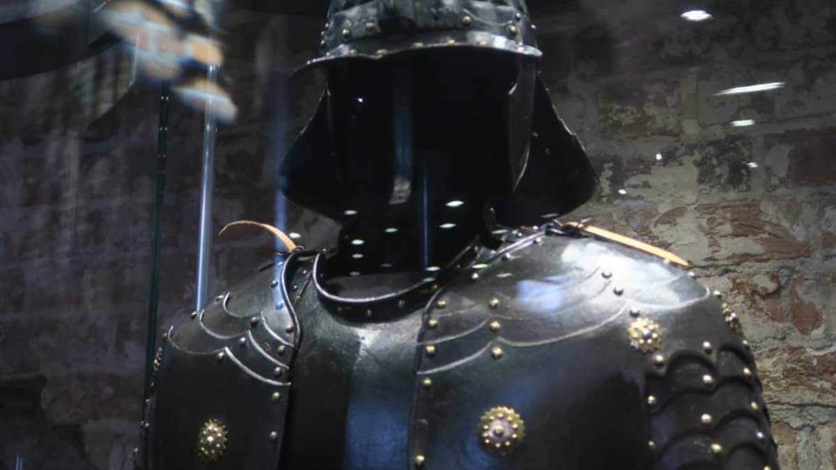 Musta rautainen haarniska vitriinissä