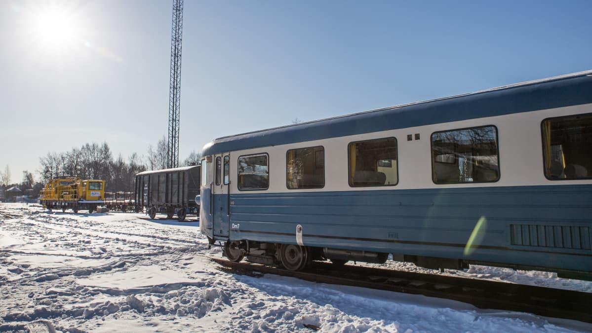Vanha junavaunu Keski-Pasilassa.