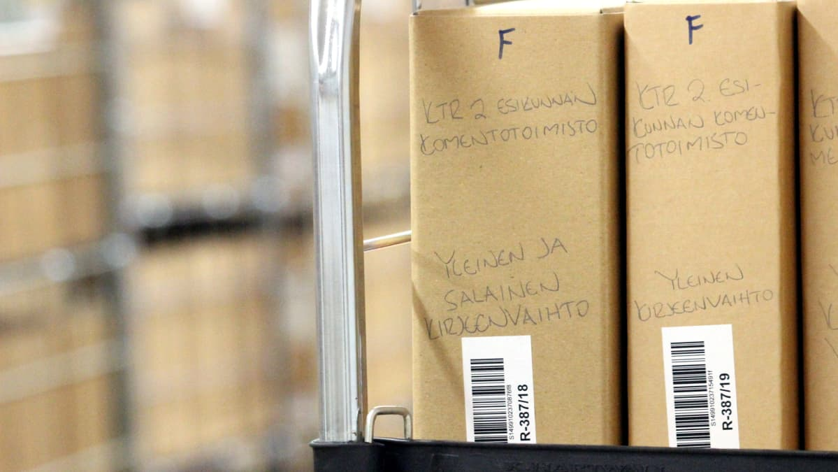 """Pahvilaatikossa lukee """"Esikunnan komentotoimisto: Yleinen ja salainen kirjeenvaihto"""""""