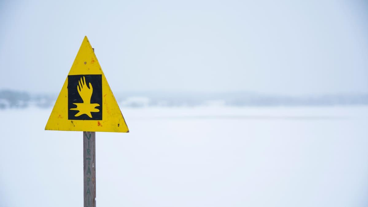 Kyltti joka varoittaa heikosta jäästä.