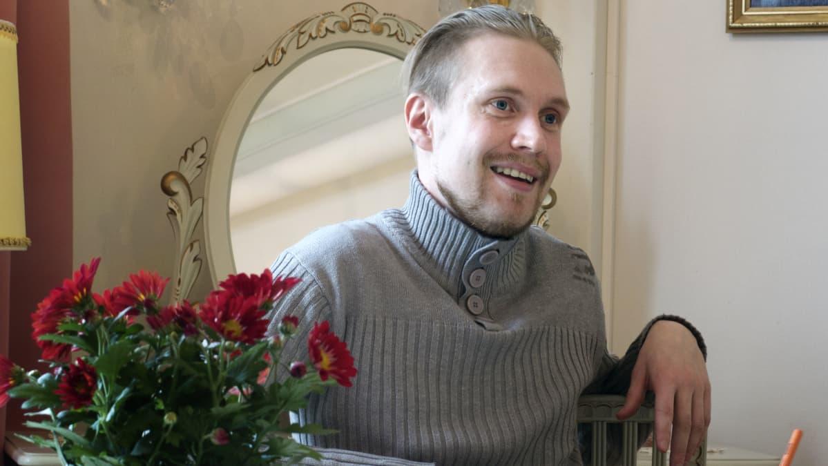 Tommi Ala-Helle kahvilassa kuvattuna.