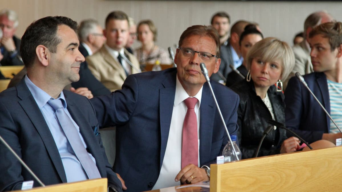 Atanas Aleksovski , pormestari Lauri Lyly ja apulaispormestari Anna-Kaisa Heinämäki