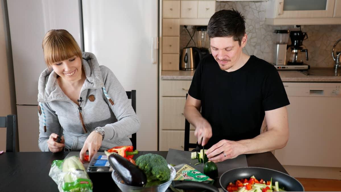 Kasvisruoka maistuu myös Juho Suomiselle. Mies on nykyään 25 kiloa keveämpi, kuin vuosi sitten.