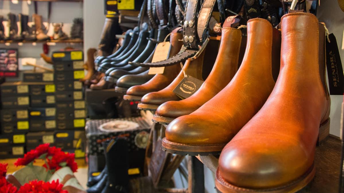 Kenkiä kenkäkaupan hyllyssä