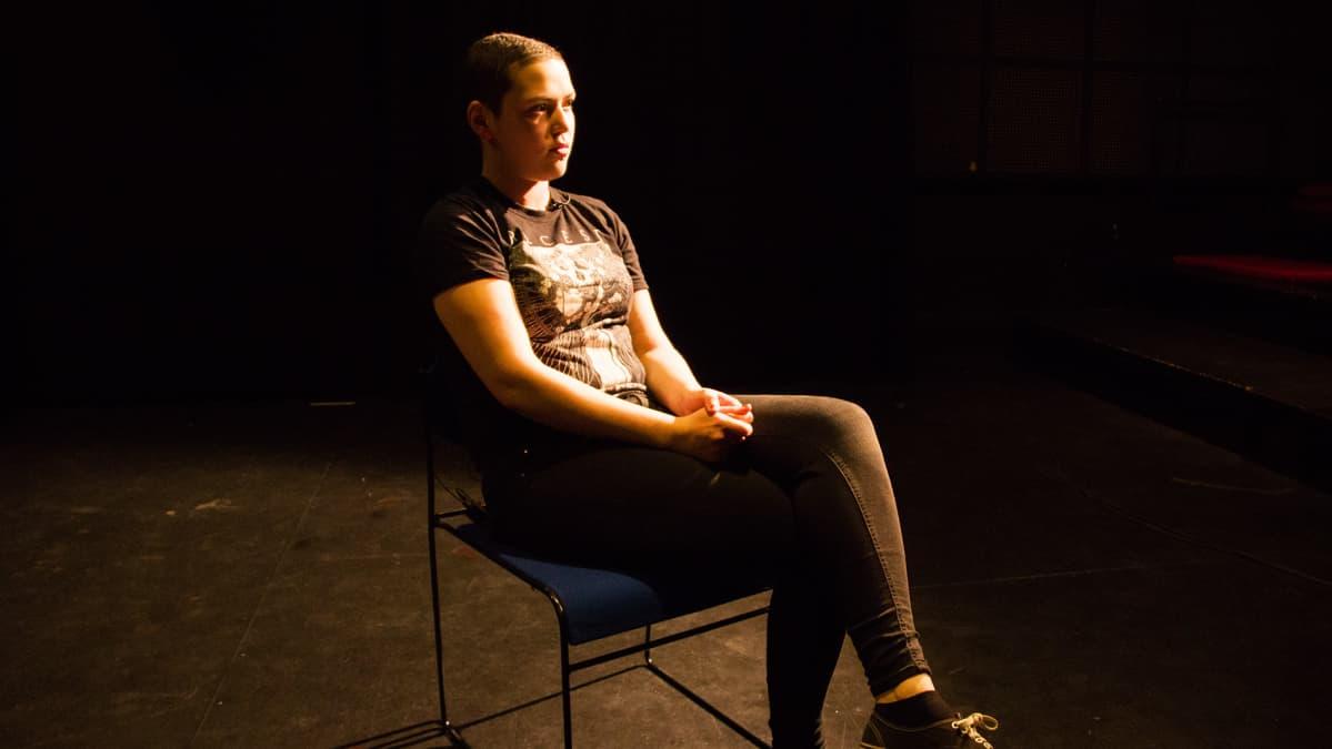 Fanny Riekki istuu tuolilla.