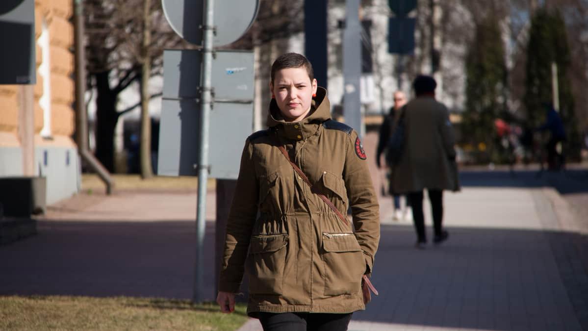 Fanny Riekki kävelee kadulla.