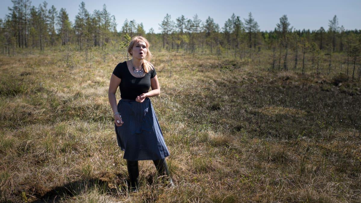 Noora Kauppila laulaa suolla.