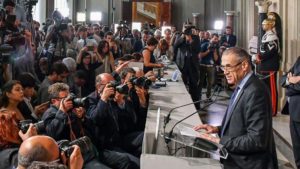 Carlo Cottarelli puhuu lehdistölle