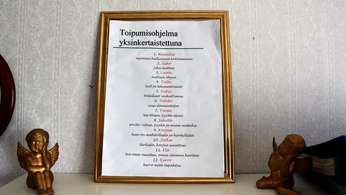 Toipumisohjelman 12 askelta taululla.