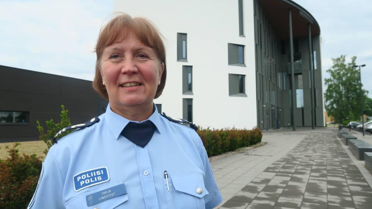 Komisario Tarja Lindstedt Hämeen poliisilaitoksen edessä Hämeenlinnassa.
