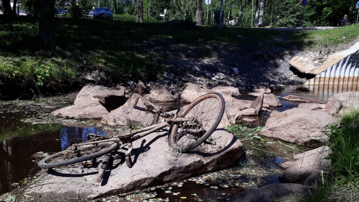 Kuivuuden paljastama polkupyörä joen pohjassa Seinäjoella.