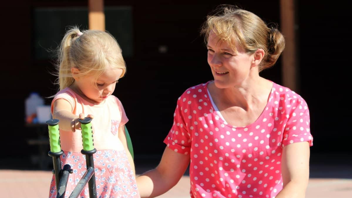 Anne Malovan ja hänen tyttärensä Palina ulkona pihalla.