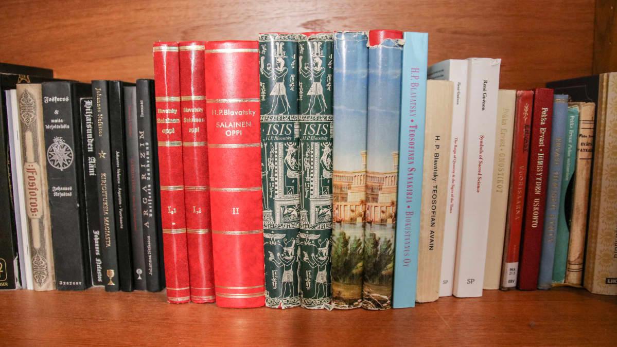Kirjahylly jossa teosofisia ja satanistisia teoksia.