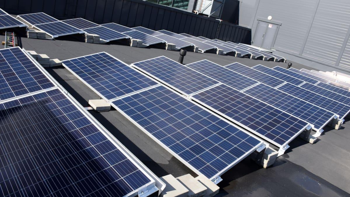 Aurinkopaneeleja kauppakeskus Goodmanin katolla Hämeenlinnassa.