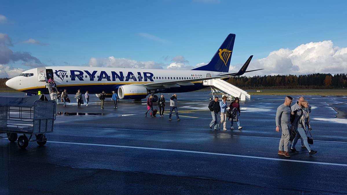 Matkustajia poistuu Ryanairin lentokoneesta Lappeenrannan lentokentällä 10. lokakuuta 2018.