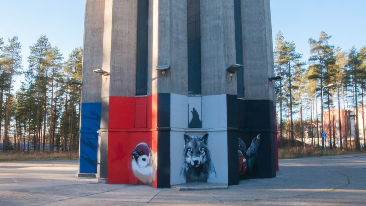 Muraaleja Puolivälinkankaan vesitornissa Oulussa