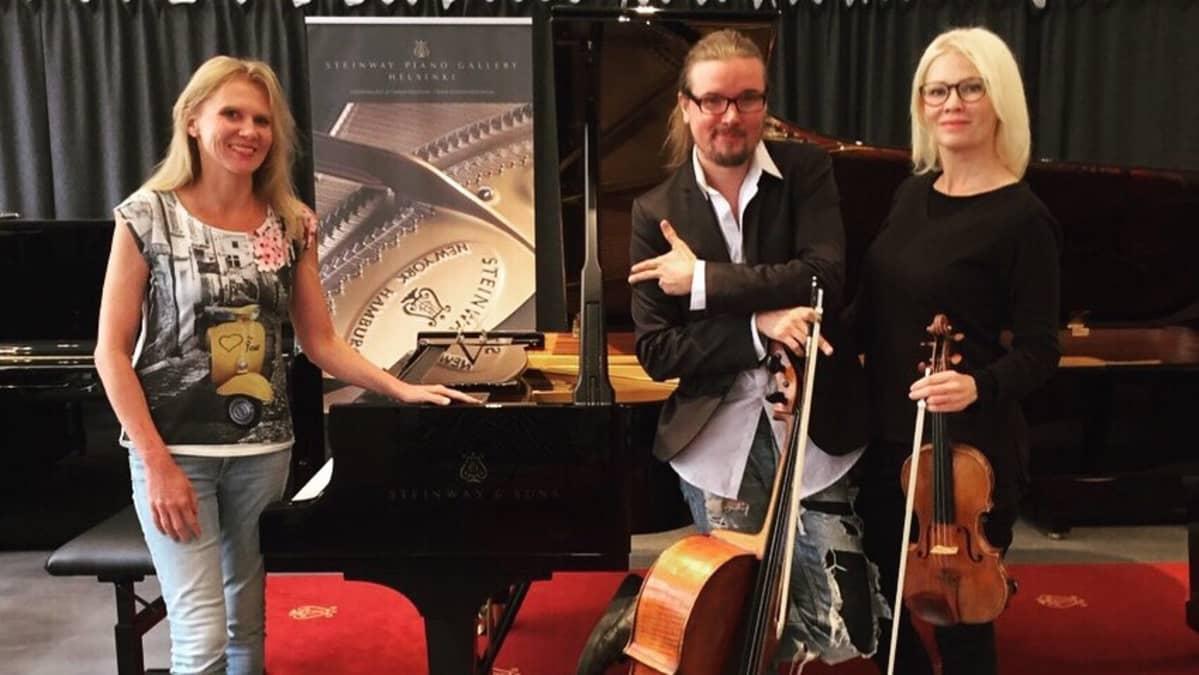 Laura Mikkolan, Perttu Kivilaakson ja Linda Lampeniuksen muodostama trio esiintyy Suomessa ensimmäistä kertaa Iitin musiikkijuhlilla kesäkuussa